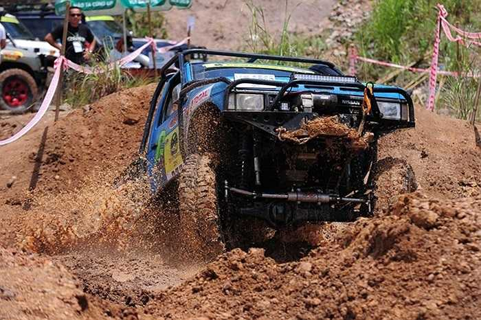 Trường đua số 3 nằm tách biệt với hai trường đua còn lại. Chiếc xe đang dũng mãnh vượt hố nước sâu đến từ Thái Lan, được điều khiển bởi tay đua Natthapon và Phachong.