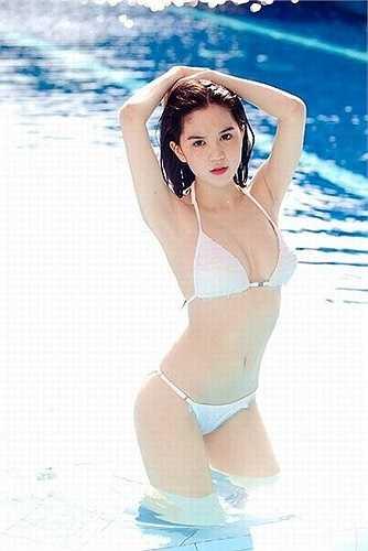 Ngọc Trinh khoe làn da trắng sứ khi tạo dáng giữa làn nước trong xanh.