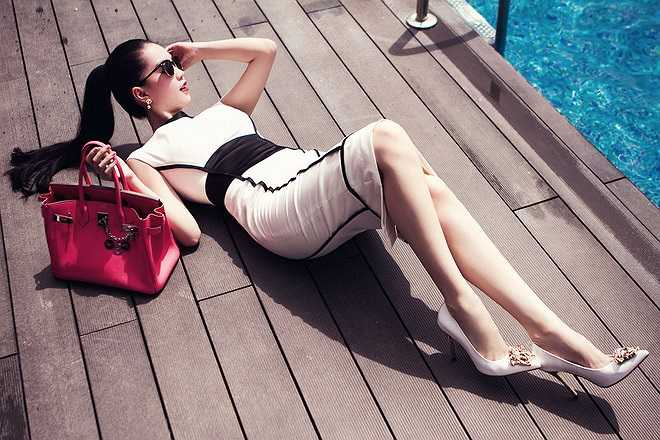 Trong bộ ảnh mới thực hiện cách đây không lâu, Ngọc Trinh không ngần ngại nằm hẳn ra sàn bên cạnh bể bơi để cho ra những shoot hình ưng ý.