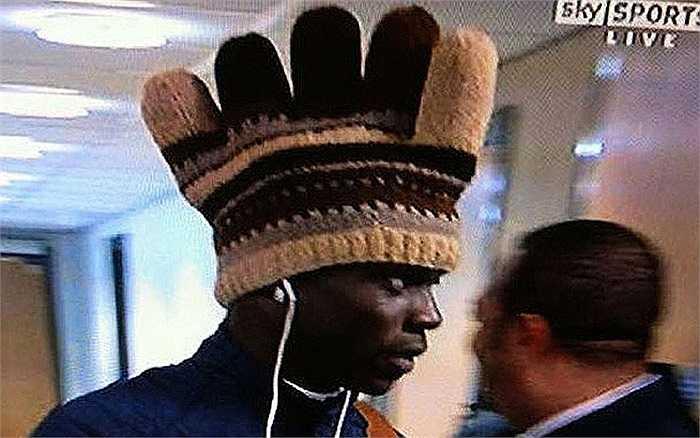 Balotelli đội chiếc mũ hình mào gà và nghe nhạc  mà chẳng cần biết dư luận đang bàn tán gì