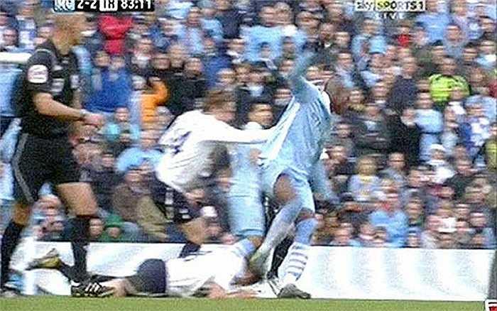 Balotelli giẫm vào đầu Scott Parker sau một pha tranh bóng