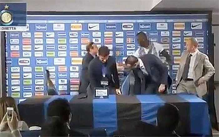 Là cầu thủ của AC Milan, nhưng Balotelli lại đến chia vui cùng HLV trưởng Inter Stramaccioni trong ngày ông được bổ nhiệm