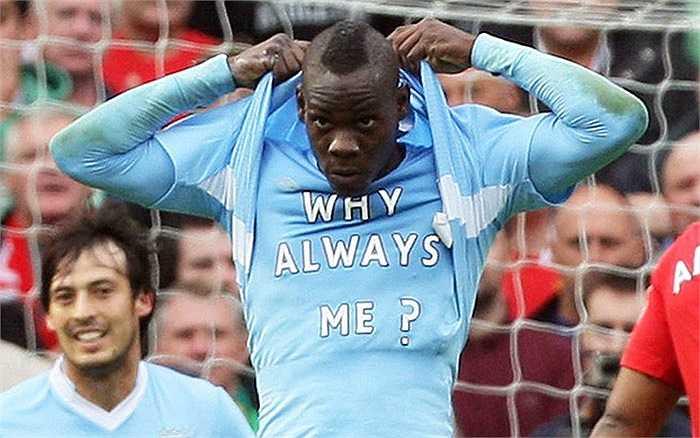 Màn ăn mừng nổi tiếng của chân sút gốc Ghana: 'Tại sao luôn luôn là tôi?' Nó xuất hiện lần đầu tiên sau khi Balotelli ghi bàn vào lưới Man Utd tháng 10/2011