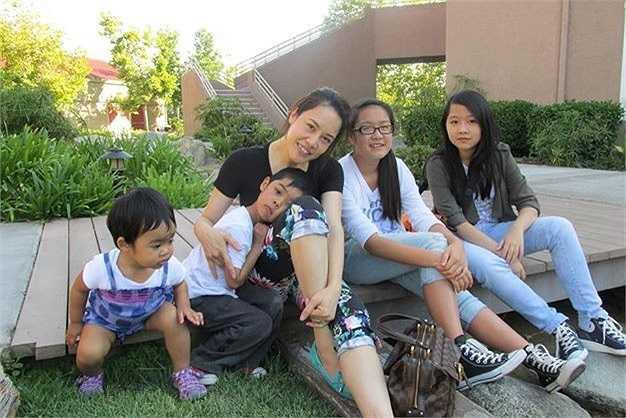 Sau hai cuộc hôn nhân, Thu Phương đã là mẹ của bốn đứa con. Cậu con trai lớn của nữ ca sỹ năm nay đã 20 tuổi trong khi cô út mới lên 2. Dù đã ngoài 40 và trải qua bốn lần sinh nở nhưng dường như Thu Phương ngày càng trẻ trung, mặn mà.