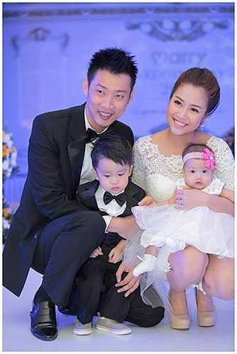 Ốc Thanh Vân đang mang thai đứa con thứ ba với doanh nhân Minh Trí. Hai nhóc lớn của cặp vợ chồng lần lượt là bé Coca (hơn 3 tuổi) và Cola (mới hơn 1 tuổi).