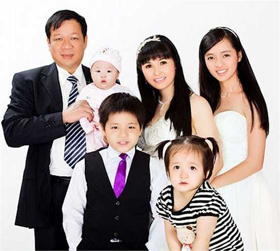 Kết hôn với đại gia Ngô Nhật Phương, ca sỹ Trang Nhung tạm ngưng ca hát  để chăm sóc gia đình. Trong suốt thời gian này, cô sinh hạ 4 đứa con và trở thành người trợ giúp đắc lực của chồng trong chuyện kinh doanh.