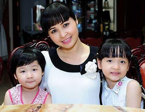 Chia sẻ về chuyện mang bầu và sinh con, Trang Nhung cho biết: 'Những lần sinh nở đối với tôi là kỷ niệm thật đep vì mỗi em bé chào đời là kết quả của tình yêu đôi lứa.'
