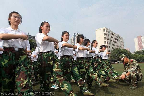Hình ảnh sĩ quan hướng dẫn một nhóm học sinh, sinh viên trong chương trình huấn luyện quân sự kéo dài 9 ngày tại Trùng Khánh (Tây Nam -Trung Quốc). Học sinh trung học và sinh viên năm nhất phải tham gia huấn luyện quân sự để thúc đẩy tinh thần yêu nước và rèn luyện bản thân…