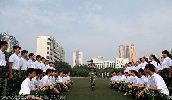 Sĩ quan hướng dẫn học sinh, sinh viên trong khóa huấn luyện quân sự.