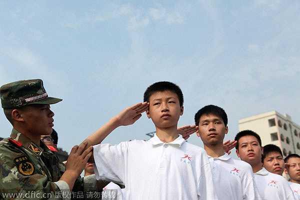 Phong thái nghiêm trang của sinh viên tại một cơ sở huấn luyện quân sự ở Trùng Khánh (Tây Nam – Trung Quốc)