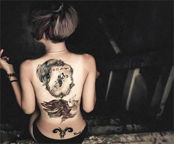 Hình xăm trên lưng của cô. Ảnh: AC Photo.