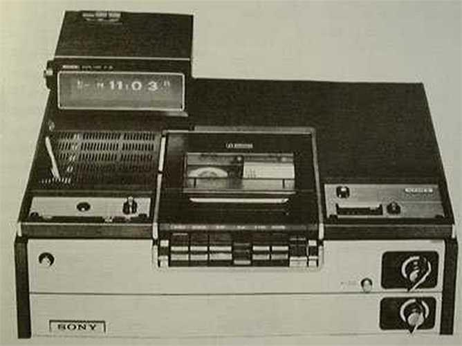 Sony Betamax – 1975: Những năm 1970 đã chứng kiến một cuộc cạnh tranh định dạng video giữa Betamax và VHS. Sony đã mắc một sai lầm: Họ bán Betamax năm 1975 trong khi các đối thủ cạnh tranh bắt đầu phát hành máy VHS. Sony giữ Betamax độc quyền và sản phẩm VHS nhanh chóng vượt qua công ty này.