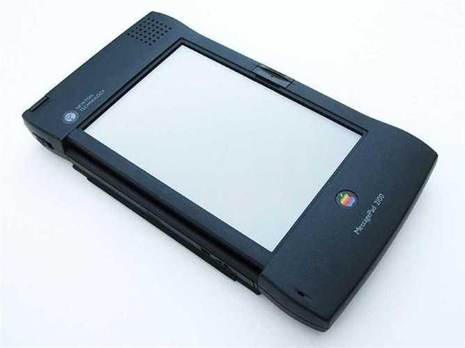 Apple Newton – 1993: Newton được nêu ra như là một ví dụ cho thời đại cũ tồi tệ của Apple trước khi trở thành công ty có giá trị nhất toàn cầu. Lý do gây nên sự thất bại của sản phẩm máy tính bảng này là nó quá đắt với mức giá 700 USD, chiều cao 8 inches, rộng 4.5 inches và định dạng chữ viết vô cùng xấu.