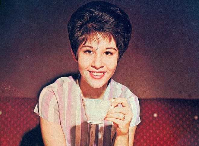 Ngôi sao âm nhạc hết thời khi trưởng thành: Ở tuổi 14, Helen Shapiro nổi lên như một ngôi sao âm nhạc, với hai hit đình đám vào năm 1961 - You don't know và Walkin' back to happiness. Đến năm 16 tuổi, Helen được bình chọn là nữ ca sĩ hàng đầu nước Anh. Chính những thành công đến từ rất sớm đã khiến cho bà luôn được mệnh danh là thiên tài âm nhạc và trở thành cái bóng lớn mà ít ai có thể theo kịp.
