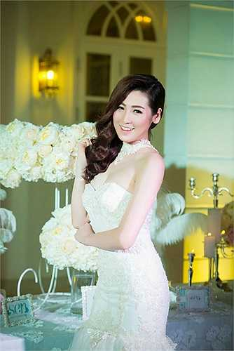 Vẻ đẹp tròn đầy, viên mãn của cô được chiếc váy cưới tôn lên bội phần