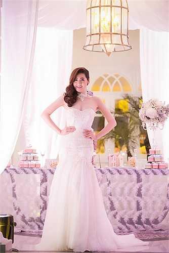 Với vóc dáng hoàn hảo, trông cô dâu Tú Anh thực sự thu hút và quyến rũ