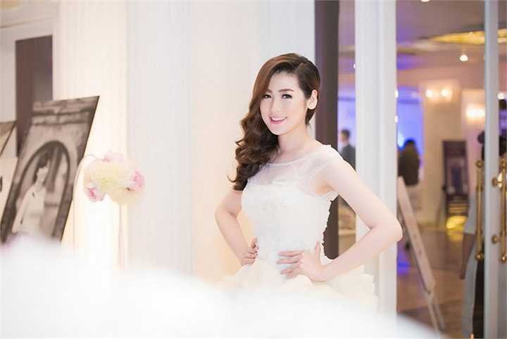 Làn da trắng ngần, cùng bộ váy cưới tinh khôi khiến Tú Anh thu hút mọi ánh mắt dõi theo
