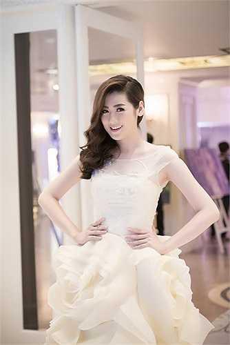 Cùng ngắm Tú Anh rạng rỡ trong trang phục cưới: