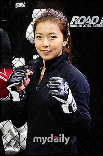 Ngoài thi đấu, nữ võ sĩ 20 tuổi còn được nhiều nhiếp ảnh gia, các tạp chí thời trang săn đón để xin làm mẫu chụp ảnh