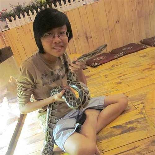 Ngô Nhật Minh sinh năm 1996, hiện học ngành mỹ thuật tại TP.HCM. Khi 15 tuổi, Minh đã bắt đầu tìm hiểu và nuôi bò sát, cô gái 18 tuổi này đang sỡ hữu 2 rùa Núi Vàng, 2 rồng Nam Mỹ, 2 kỳ tôm... Chú trăn này trước đây cô nuôi, nhưng hiện tại Minh đã chia tay con vật này.