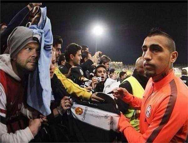 Vì thua trận, GĐĐH Man Utd - Ed Woodward đã phải cải trang thành fan Arsenal, giơ áo đấu Man City để đánh lừa Arturo Vidal kí hợp đồng với Man Utd.