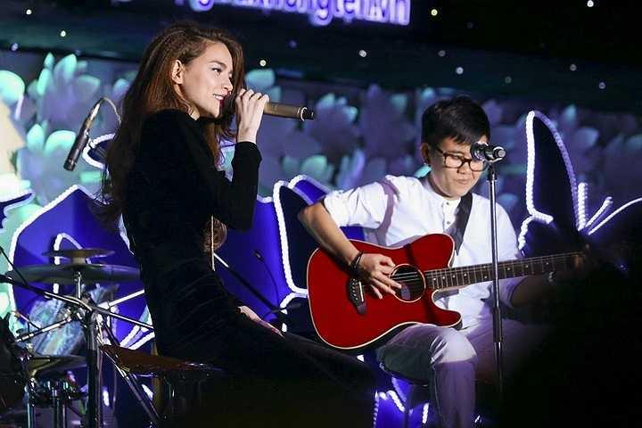 Ngoài 4 ca sỹ chính là những gương mặt ca sỹ đắt show phòng trà nhất hiện nay, đêm nhạc còn có sự góp mặt của các ca sĩ trẻ như Minh Thư, Ái Phương, Bảo Anh, nhóm Bee.T