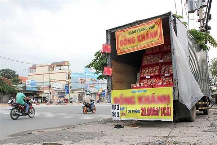 Để tiết kiệm chi phí mặt bằng, anh Quân ở quận Bình Tân đã tận dụng chiếc xe tải chở hàng của mình để chở bánh đi bán ở nhiều địa điểm khác nhau. Giá bánh của 'quầy' hàng này chỉ có 20.000 đồng/cái và khuyến mãi mua 1 tặng 1.
