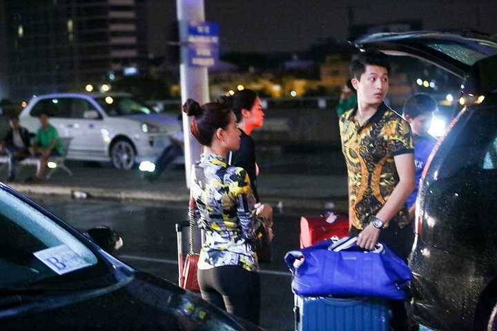Có mặt tại sân bay trong buổi tối Sài Gòn mưa going tầm tã, Hoàng Thùy Linh đã chọn cho mình bộ cánh gọn gàng, giản dị của Versace Jean