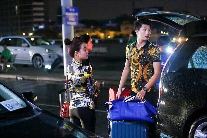 Trang phục sân bay của cô lại rất thích hợp khi đi bên cạnh chàng trai Harry Lu