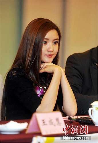 Đặc biệt sau khi cô lên làm chủ tịch một câu lạc bộ bóng đá ở Tứ Xuyên, Trung Quốc hồi tháng 2/2014