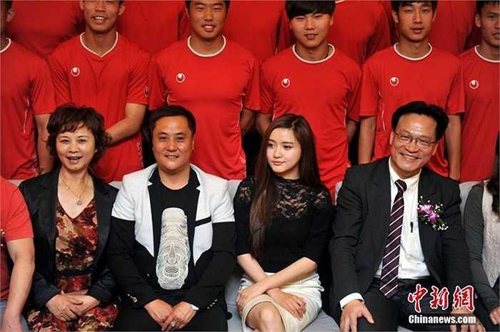 Nữ chủ tịch chụp ảnh lưu niệm cùng các thành viên câu lạc bộ bóng đá của mình