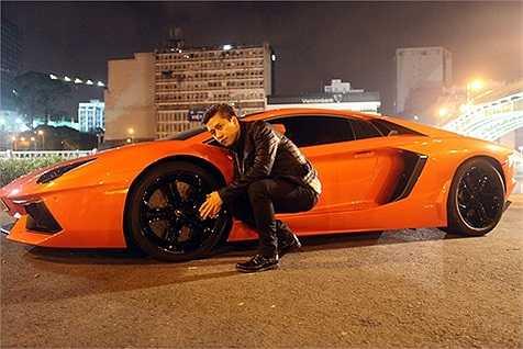 Tuấn Hưng khiến nhiều người sửng sốt khi chia sẻ trên trang cá nhân những hình ảnh về chiếc siêu xe Lamborghini Aventador LP700-4 màu cam có giá lên tới gần 25 tỷ đồng.