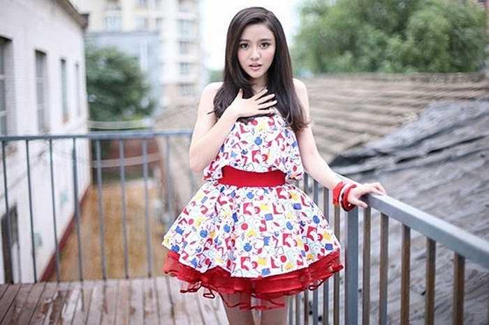 Ngải Như là nữ chủ tịch câu lạc bộ bóng đá đẹp nhất Trung Quốc từng giành giải Á quân cuộc thi hoa hậu du lịch thế giới lần thứ 7 ở TQ.