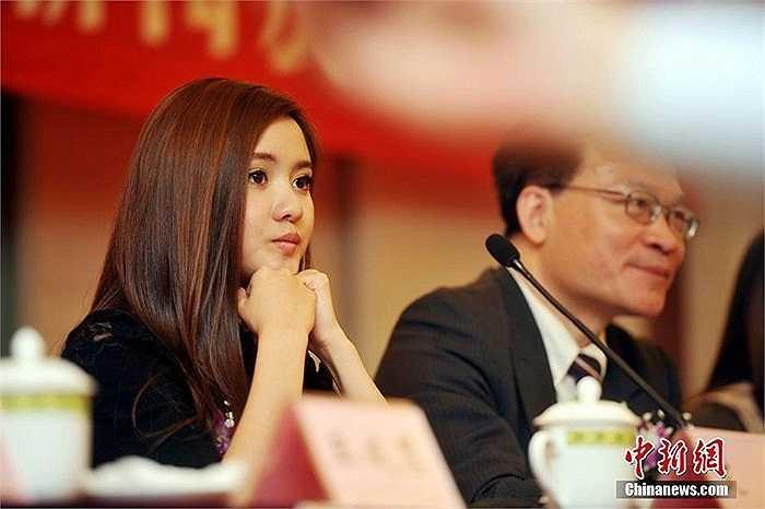 Cô lên làm chủ tịch một câu lạc bộ bóng đá ở Tứ Xuyên, Trung Quốc hồi tháng 2/2014 và nhanh chóng trở thành cái tên gây sốt trên mạng xã hội