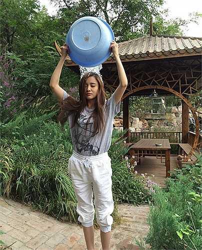 Cô hào hứng tham gia thử thách tắm xô nước đá làm từ thiện