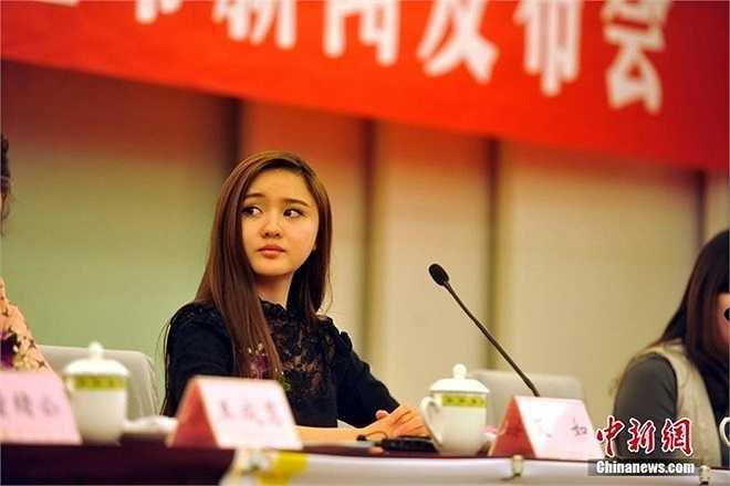 Bên cạnh nhiệm vụ chủ tịch CLB, cô cũng là một diễn viên có tên tuổi trong làng giải trí Trung Quốc