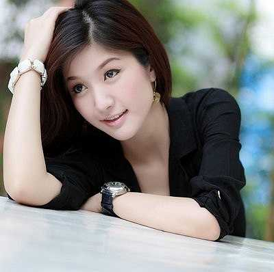 Theo trang Computer membership, Panattha Siriramphaiwong nổi danh trong giới trẻ Thái nhờ sở hữu ngoại hình xinh xắn, trình độ học vấn cao, đặc biệt là khả năng kiếm tiền giỏi. Panattha lớn lên tại thành phố Bangkok, cô tốt nghiệp cử nhân ĐH Thương mại, lấy bằng thạc sĩ ĐH Kinh tế sau đó một năm và hiện tại, đang hoạt động ở rất nhiều lĩnh vực: người mẫu ảnh, diễn viên, MC truyền hình, triển lãm xe hơi, kinh doanh mỹ phẩm, gương mặt đại diện cho các nhãn hàng tại Thái.