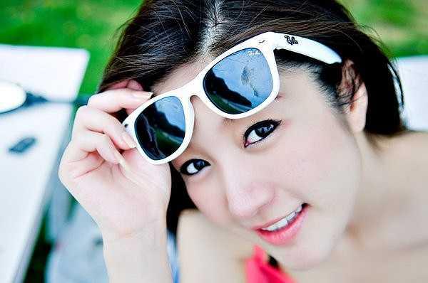 Panattha Siriramphaiwong  từng được bầu chọn là gương mặt đẹp nhất tại Motorshow năm 2008. Nữ thạc sĩ đút túi đến 120.000 baht cho vị trí MC trong các triển lãm mô tô  và 1 triệu baht cho mỗi hợp đồng liên quan đến sử dụng hình ảnh quảng cáo. Chính gương mặt xinh đẹp, lối nói chuyện có duyên, tầm hiểu biết sâu rộng ở các lĩnh vực xã hội - kinh tế, đã giúp Panattha nhận được cát-xê hậu hĩnh hơn hẳn những người đẹp khác tại xứ Chùa Vàng.