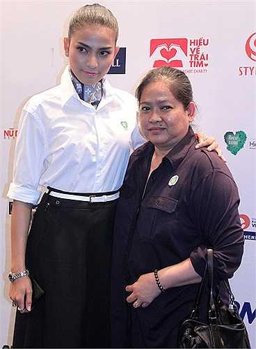 Trương Thị May là một trong những người đẹp may mắn trong showbiz Việt vì có một người mẹ luôn 'kề vai sát cánh' mọi lúc mọi nơi.