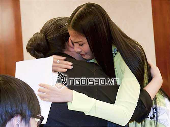 Tình cảm của hai mẹ con Á hậu các dân tộc Việt Nam 2007 luôn khiến khán giả xúc động. Hai mẹ con ôm nhau khóc trong buổi lễ công bố đại diện Việt Nam tham dự cuộc thi Hoa hậu Hoàn vũ 2013.