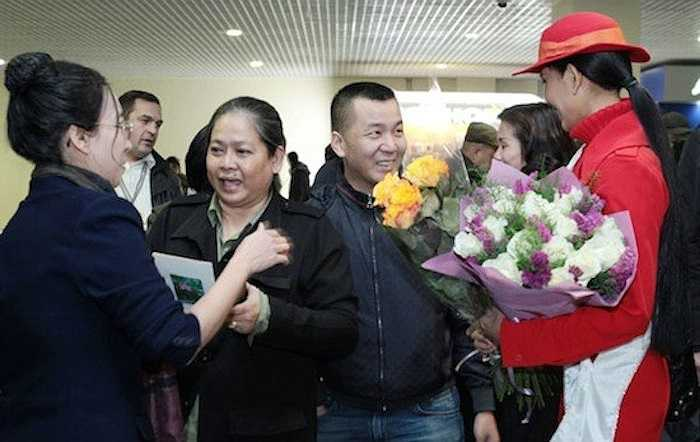 Mẹ cô cũng lên đường sang Nga để hỗ trợ và động viên tinh thần con gái.