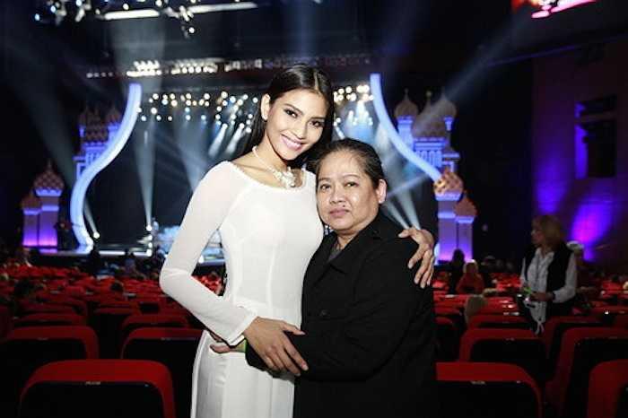 Hai mẹ con chụp hình kỷ niệm trong buổi tổng duyệt Hoa hậu Hoàn vũ 2013.