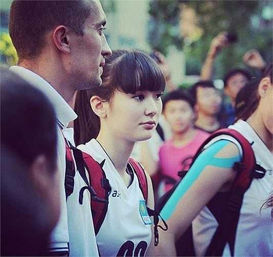Sabina Altynbekova gây chú ý bởi vẻ dễ thương và chiều cao khủng.