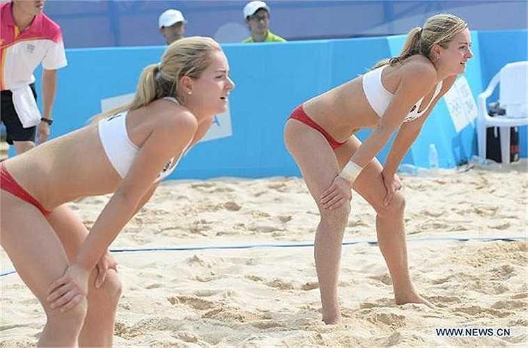 Megan và Nicole McNamara là hai chị em sinh đôi 17 tuổi, người Canada, nổi tiếng xinh đẹp trong làng bóng chuyền bãi biển thế giới.