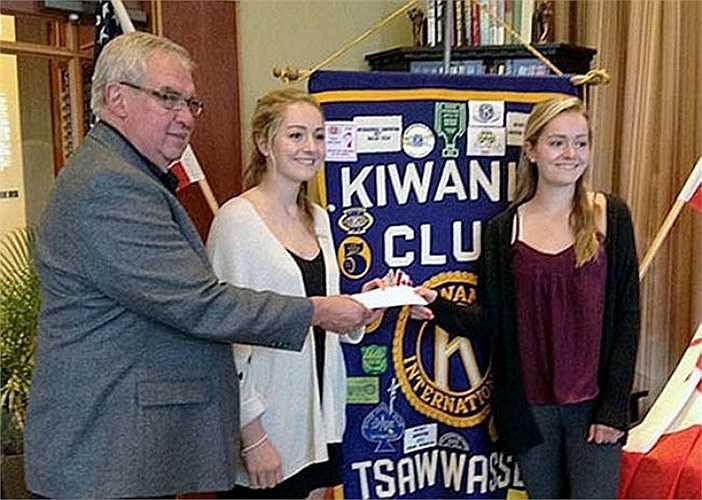 Hình ảnh Chủ tịch của câu lạc bộ Tsawwassen trao tặng giải thưởng về tiền mặt cho hai chị em xinh đẹp.
