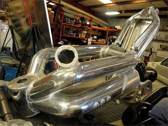 Để phù hợp với lốp xe cỡ lớn, khung chính có đường kính 5 inch dạng ống, khung phụ đường kính 4 inch. Nhiên liệu được lưu trữ trong các khung ống này, dung tích tổng thể lên tới 26,5 lít.