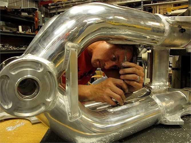 Khung nhôm vừa đảm bảo giảm trọng lượng cho chiếc xe khổng lồ nhưng vẫn đảm bảo độ cứng cần thiết. Mọi chi tiết đều được Jim Davis tính toán cẩn thận để đạt độ chính xác cao nhất.