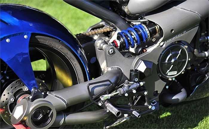 Hệ thống treo Ohlins ở phía trước và Penske ở phía sau, tay lái có thể điều chỉnh để tư thế của người lái được thoải mái nhất (Theo Zing).