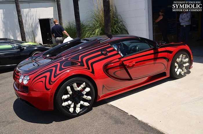 Chiếc Bugatti Veyron L'Or Style Vitesse được sơn hai màu đen-đỏ khác biệt. Bộ la-zăng bên dưới được sơn màu đen tương phản với bộ kẹp phanh màu đỏ.