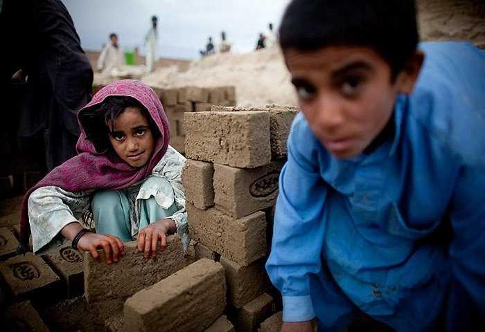 Những ánh mắt có chút gợn buồn của các trẻ em đang làm việc tại xưởng sản xuất gạch.